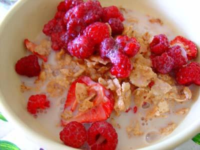 Quick breakfast with organic raspberries and strawberries